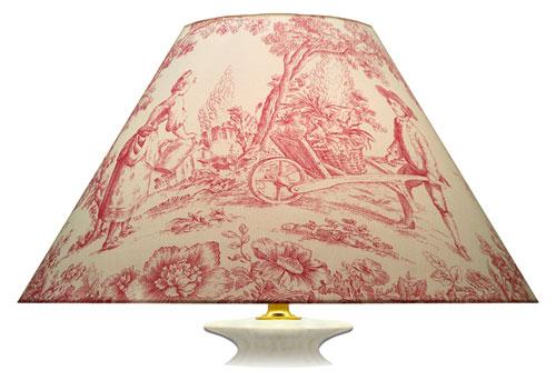 Grand abat-jour imprimé esprit toile de Jouy aux couleurs crème et rose à grands motifs de scènes différentes.