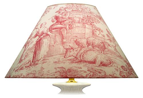 Grand abat-jour imprimé esprit toile de Jouy aux tons crème et rose avec autre grand motif de scène.